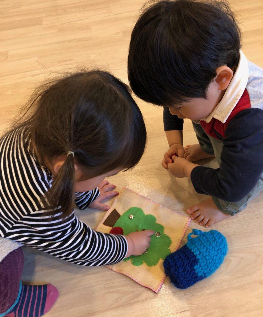 おもちゃに夢中な子どもたち